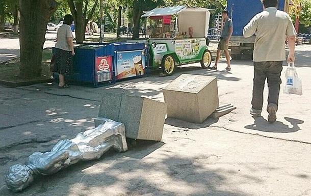 В Севастополе повалили памятник юному Ленину
