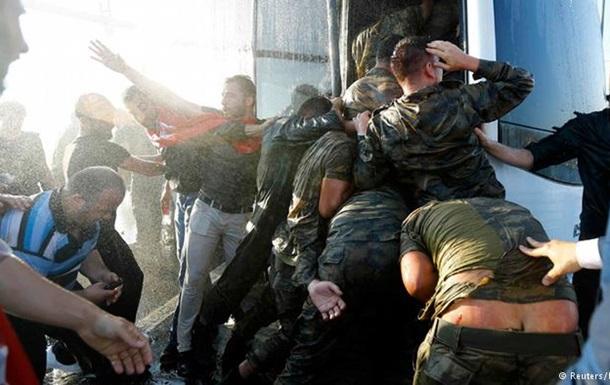 Переворот в Турции: 90 погибших, 1500 задержанных
