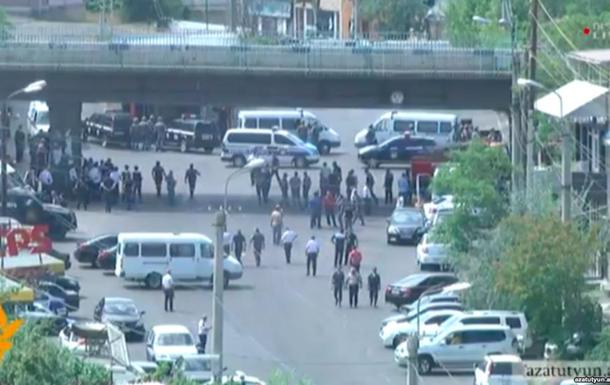 В Ереване вооруженные люди захватили здание полиции