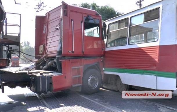 В центре Николаева зерновоз въехал в трамвай