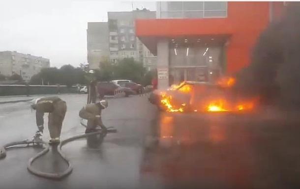 В Харькове мужчина сжег на парковке авто брата