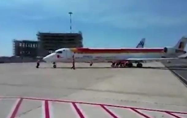 Пассажирам пришлось толкать 36-тонный самолет