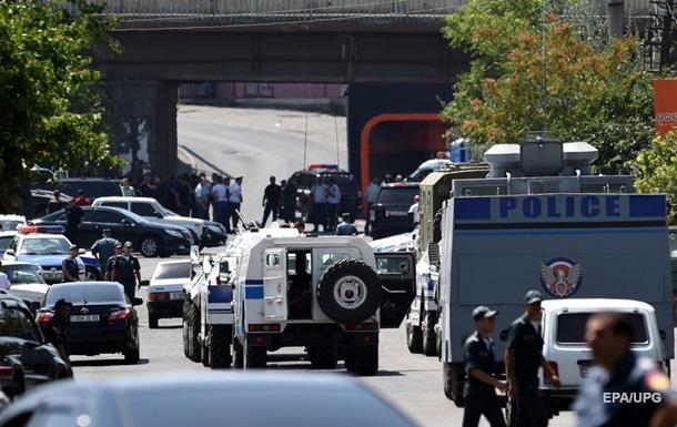 В Ереване сожгли полицейский автобус