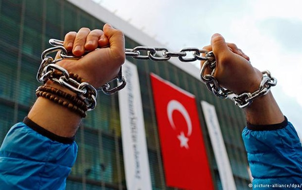 В Турции выдали ордера на арест 47 журналистов оппозиционного издания