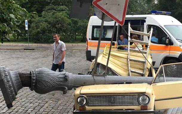 В Харькове столб упал на авто: пострадал водитель