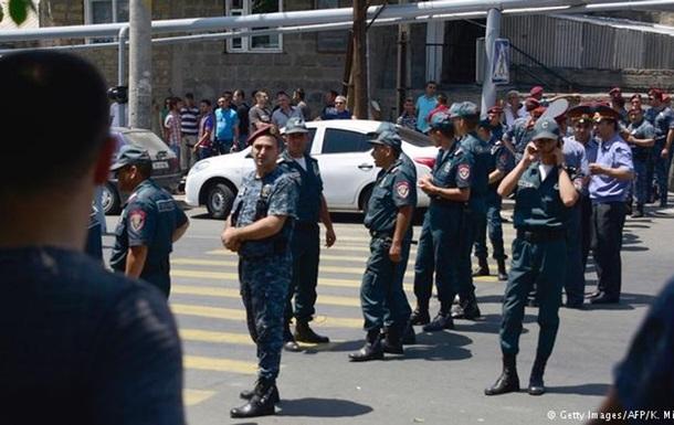В Ереване перестрелка возле захваченного полицейского участка