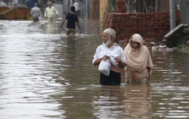 В Пакистане наводнение смыло свадебный автобус: 21 погибший