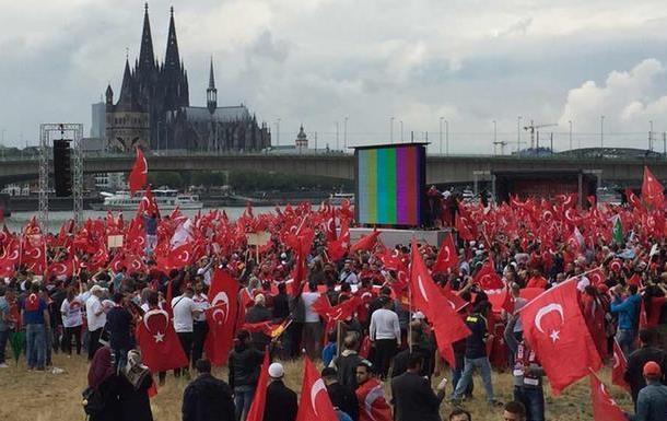 В Кельне мирно завершились акции противников и сторонников Эрдогана