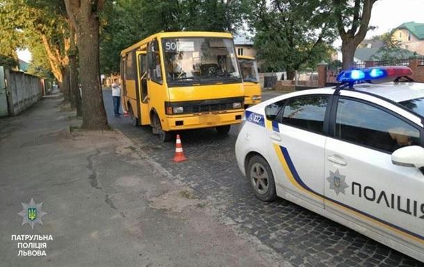 На Львовщине пьяный водитель маршрутки въехал в дом