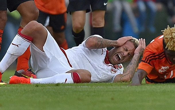 Футболисту бутсой оторвали часть уха