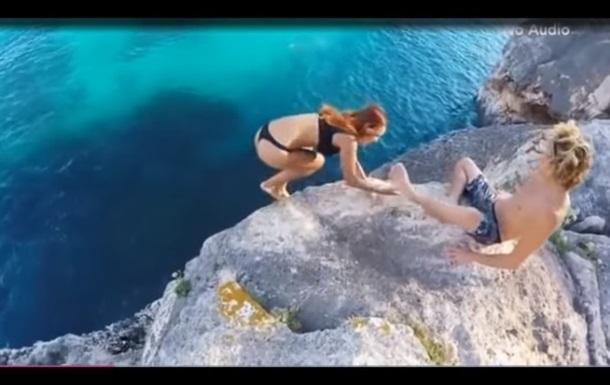 В сети вызвал споры ролик с девушкой, падающей со скалы