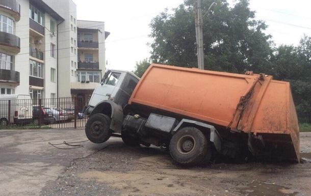 В Харькове под асфальт провалился мусоровоз