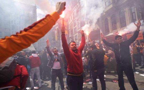 Стамбульское дерби: фанаты Галатасарая едва не поубивали болельщиков Бешикташа