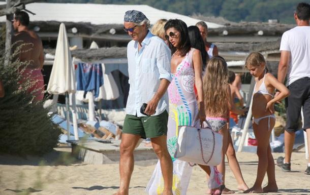 Экс-тренер Ман Сити прогуливается с женой по пляжам Сен-Тропе