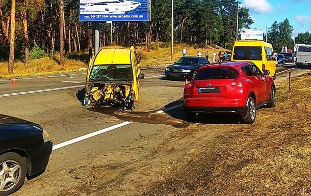 Возле базы  Динамо  в Киеве столкнулись пять авто