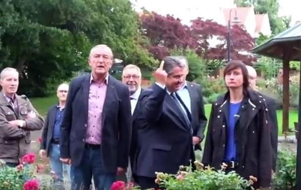Вице-канцлер ФРГ показал митингующим средний палец