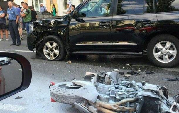 В центре Киева мотоцикл загорелся, врезавшись в джип