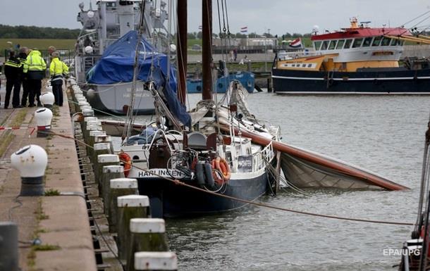 Трое туристов погибли при падении мачты судна в Нидерландах