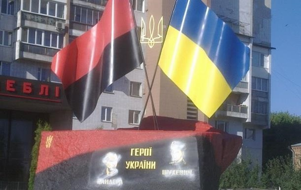 В Черкассах разрисовали памятник Бандере и Шухевичу