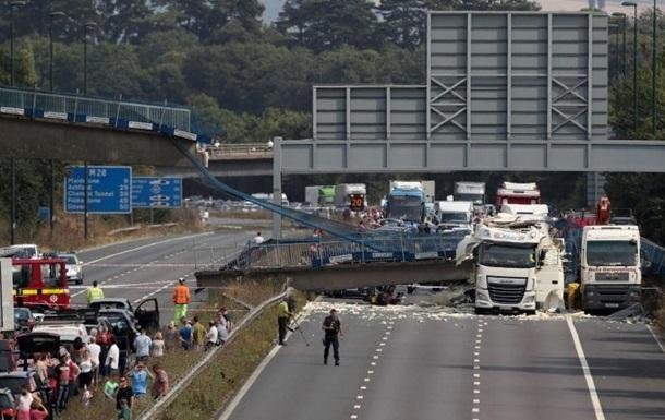 На юге Англии грузовик завалила пешеходный мост