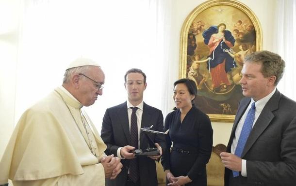 Цукерберг подарил Папе Римскому беспилотник