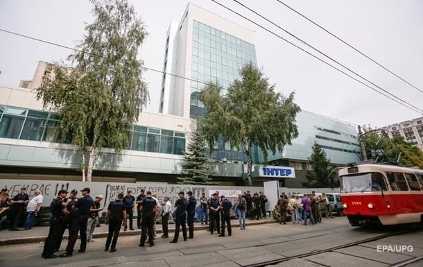 Активисты не пускают сотрудников  Интера  в офис