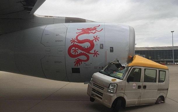 В Китае самолет столкнулся с автомобилем