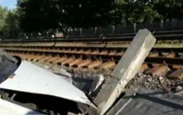 В Киеве грузовик чуть не вылетел на рельсы метро
