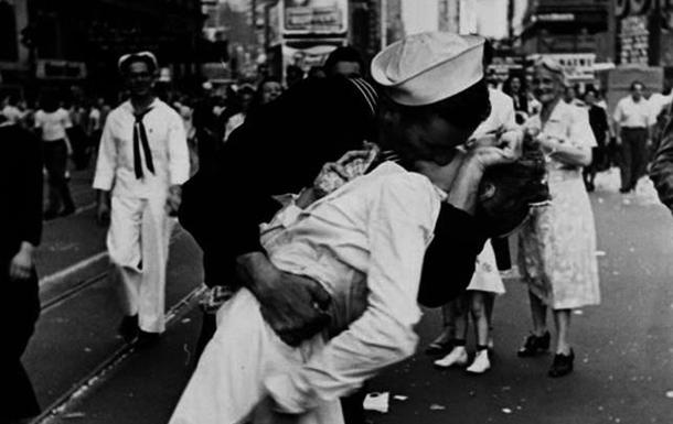 Умерла американская медсестра, которая стала героиней снимка «Поцелуй наТайм-сквер»