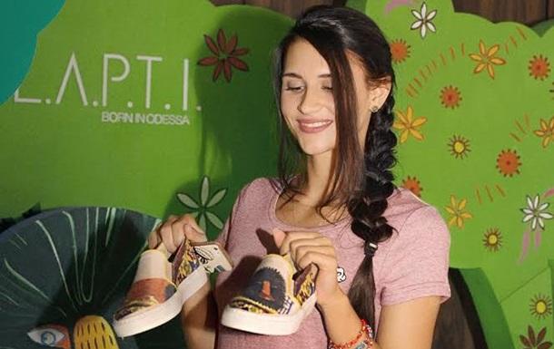 Одесситы создали обувь с картинами украинской художницы с мировым именем