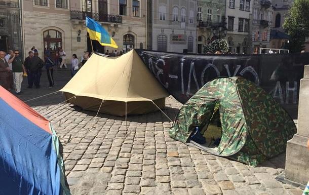 Под мэрией Львова бойцы АТО установили палатки