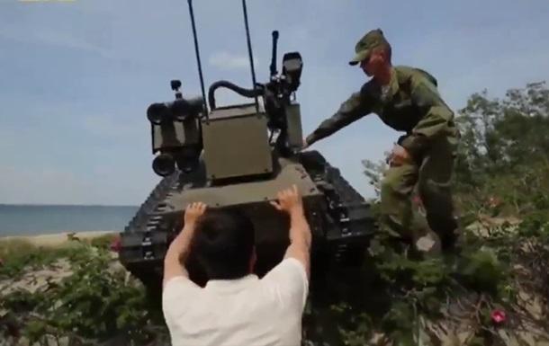В России военный робот едва не придавил человека
