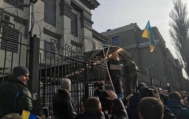 В Киеве посольство РФ подверглось залпу из фейерверка