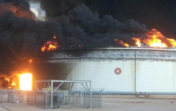 В ливийском порту из-за боев загорелось нефтехранилище
