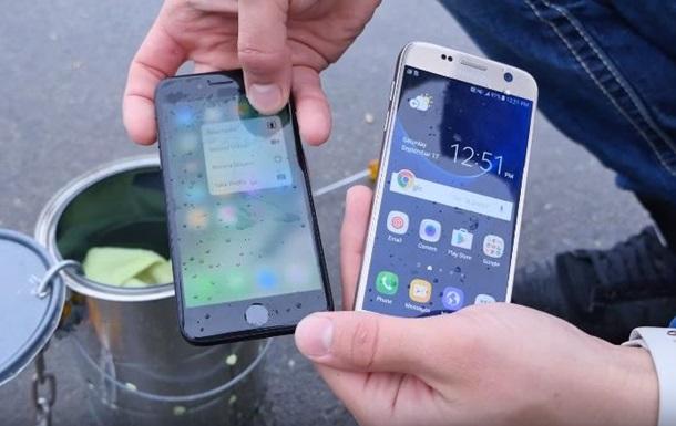 iPhone 7 и Galaxy S7 проверили водой. Видеохит