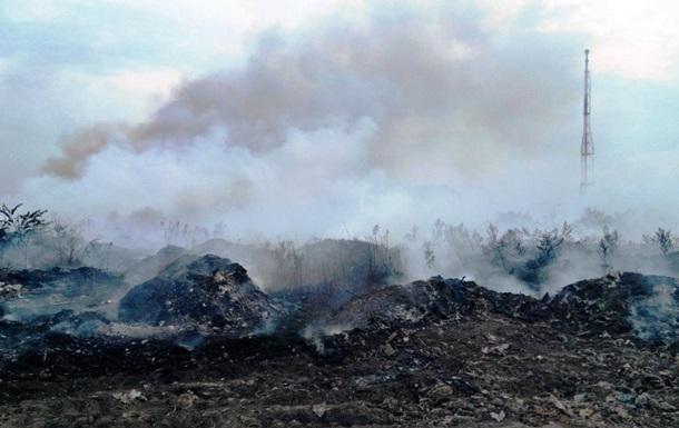 На Днепропетровщине вторые сутки тушат пожар на свалке