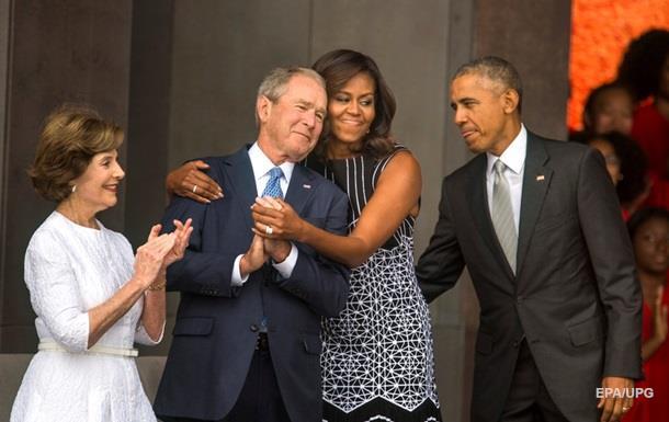Обама сфотографировал американку с Бушем