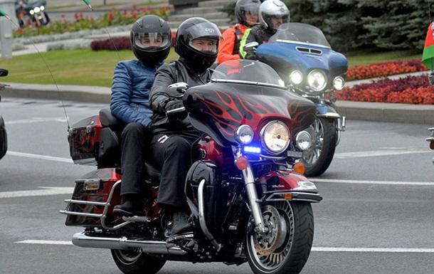 Лукашенко пересел на мотоцикл