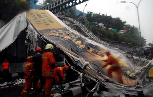 В Индонезии обрушился мост: трое погибших