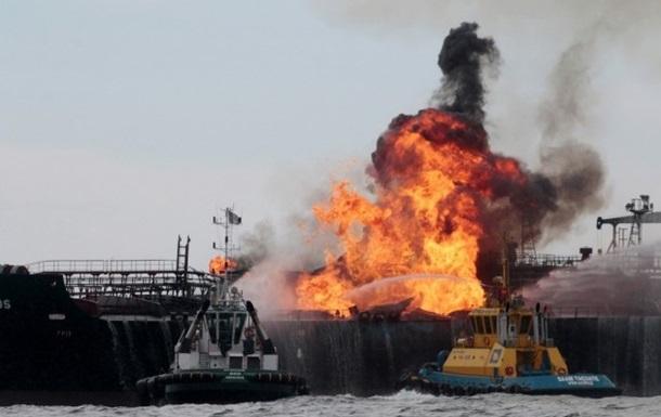 У Мексики горит нефтяное судно
