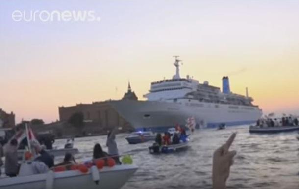 Тысячи жителей Венеции на лодках остановили лайнер