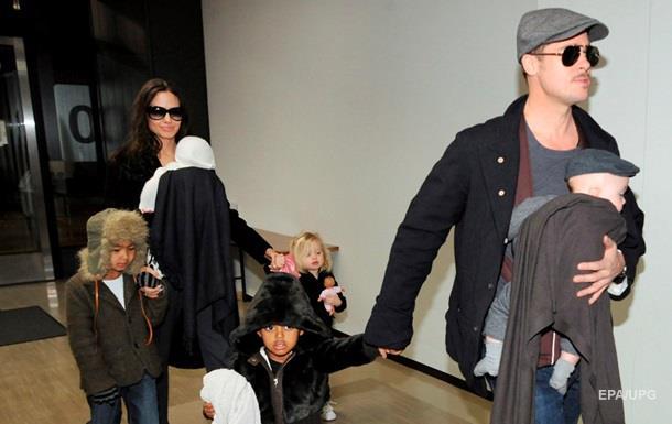 СМИ: Джоли потребовала единоличной опеки над детьми