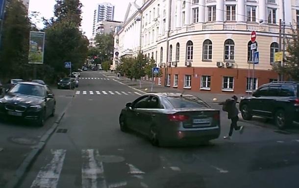 Полиция ищет авто, сбившее девочку на переходе