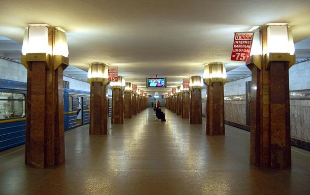Киевлянка провалилась в люк на станции Героев Днепра