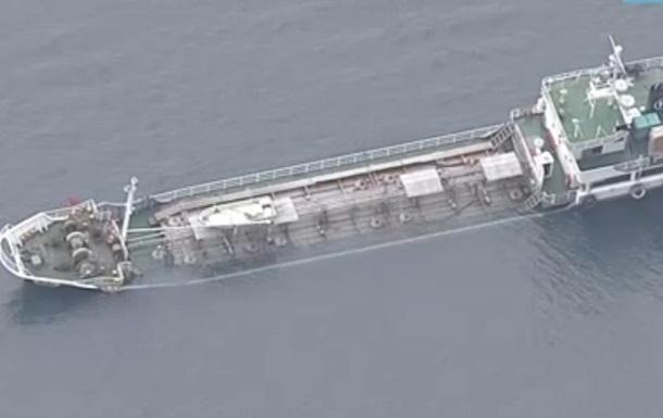 Тонущий в Японии танкер с химикатами доставили к берегу