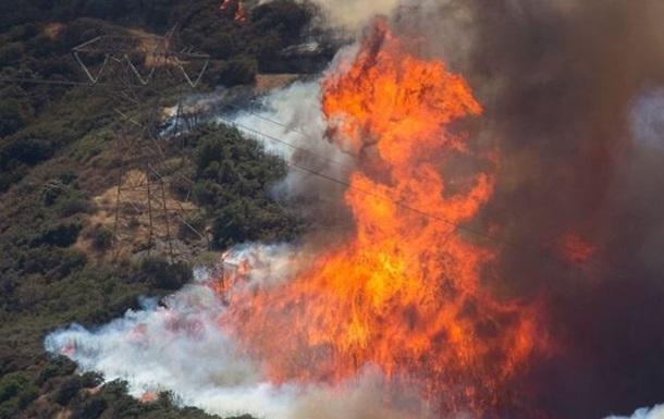 В Калифорнии лесной пожар уничтожил десятки домов