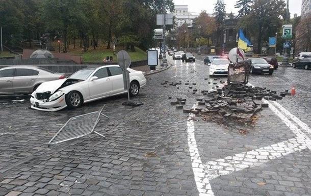 В Киеве Mercedes снес памятник герою Евромайдана