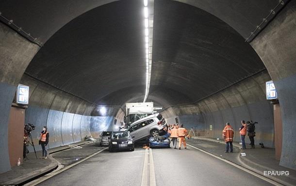 В швейцарском тоннеле столкнулись шесть авто, есть жертвы