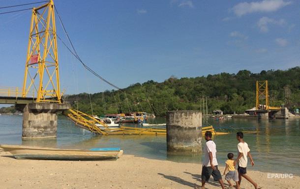 В Индонезии обрушился мост, более 30 погибших