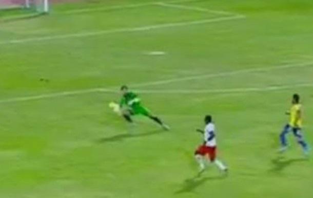 В Египте футбольный судья не отреагировал на  сейв  вратаря вне штрафной